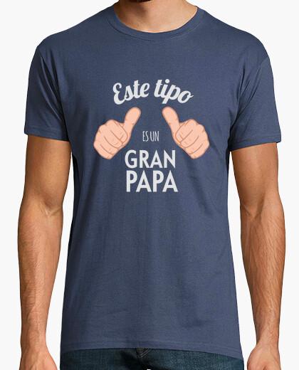 T-shirt questo ragazzo è un grande papà (sfondo scuro)