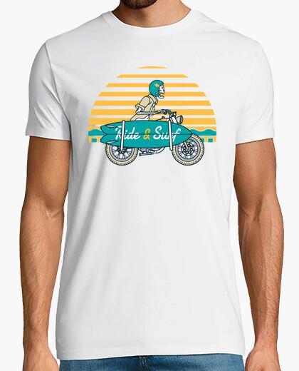 T-Shirt reiten und surfen