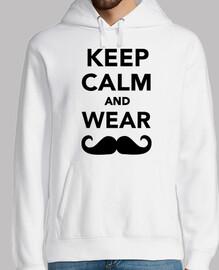 reste calme et porte une moustache