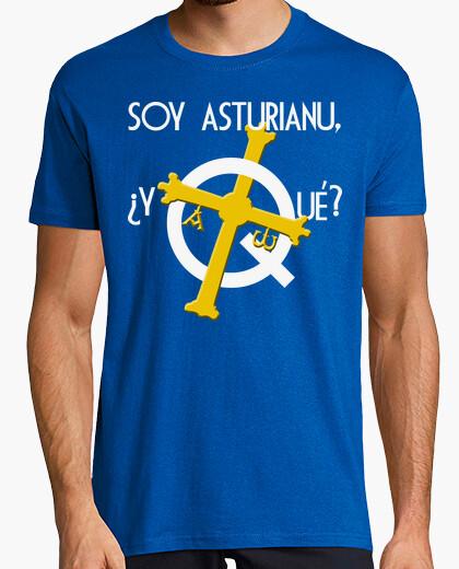 Soy asturiano, ¿y qué? fondo oscuro - Camiseta cuello de pico
