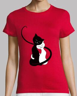 süße umarmung weiße und schwarze katzen in lov