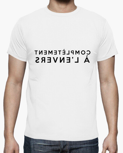 T-shirt completamente a testa in giù