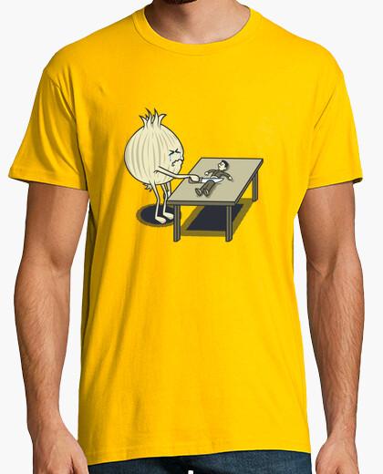 T-shirt tagliando le cipolle