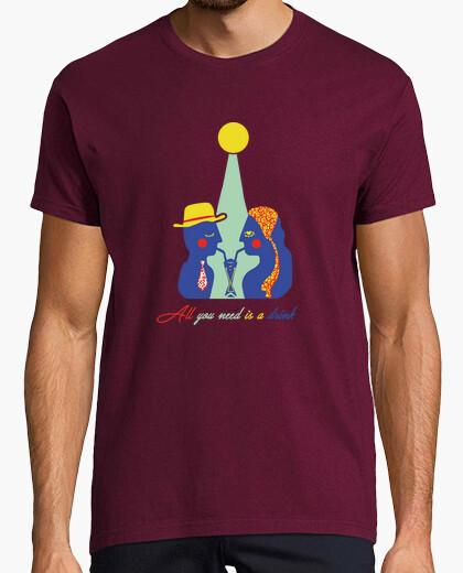Camiseta todo lo que necesitas es una bebida