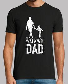 un père qui marche en bonne compagnie