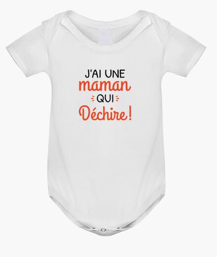 Ropa infantil una madre que rasga el nacimiento del b