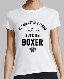 Une femme avec un boxer humour