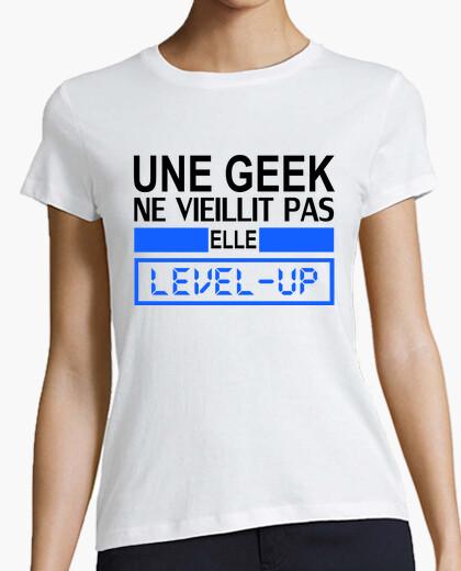 Tee-shirt une geek ne vieillit pas elle level up