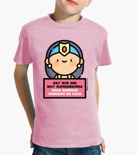 Vêtements enfant super-héroïne dans la maison rose